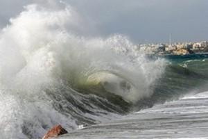 Θυελλώδεις άνεμοι και καταιγίδες σαρώνουν τη χώρα