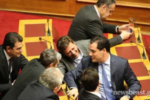 Στιγμιότυπα από τη Βουλή μετά την ψηφοφορία