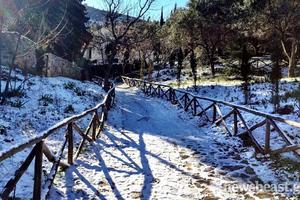 Χιονισμένη μαγεία στη μονή Καισαριανής