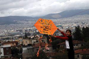 Ο καιρός δεν εμπόδισε τους χαρταετούς στο λόφο του Φιλιπάππου