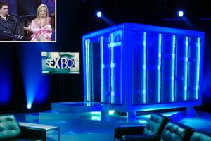 Ζευγάρια κάνουν σεξ live σε τηλεοπτική εκπομπή μέσα σε ένα κουτί