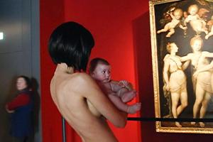 Τριγύριζε γυμνή σε μουσείο