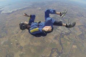 Παθαίνει επιληψία την ώρα που κάνει sky diving