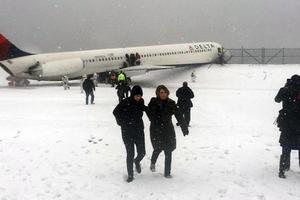 Αεροπλάνο εξετράπη της πορείας του στο LaGuardia