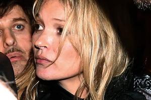 Λιώμα από το μεθύσι η Kate Moss