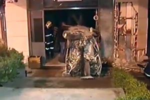 Αυτοκίνητο «καρφώθηκε» μέσα σε τράπεζα στην Κηφισίας