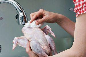 Σταματήστε να πλένετε το ωμό κοτόπουλο
