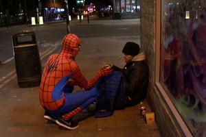 Ο Spiderman μοιράζει φαγητό σε άστεγους