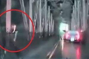 Αυτοπυρπολήθηκε, τράκαρε και πήδηξε από γέφυρα 12 μέτρων