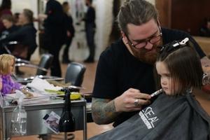 Πώς μπορεί να δωρίσει κάποιος τα μαλλιά του