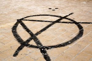 Eπίθεση αντιεξουσιαστών σε εταιρεία στην Καλλιθέα