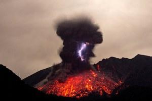 Σπάνιες εικόνες από ηφαιστειακές αστραπές