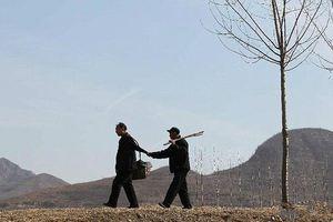 Ένας τυφλός κι ένας χωρίς χέρια φύτεψαν 10.000 δέντρα
