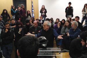 Ο Υπουργός άνοιξε την πύλη του Υπουργείου Παιδείας σε νεαρούς διαδηλωτές