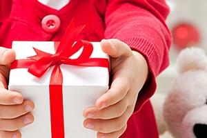 Ρούχα και δώρα σε παιδιά απόρων οικογενειών