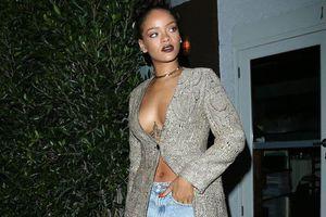 Η Rihanna φορώντας μόνο το πανάκριβο παλτό της...