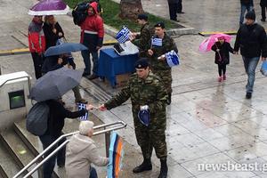 Στρατιώτες μοιράζουν πλαστικά σημαιάκια στο Σύνταγμα