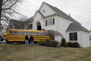 Σχολικό λεωφορείο καρφώθηκε σε σπίτι