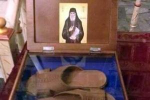 Σε ιερό προσκύνημα οι παντόφλες του γέροντα Παΐσιου