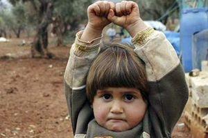 Το παιδάκι από τη Συρία που πέρασε την κάμερα για όπλο