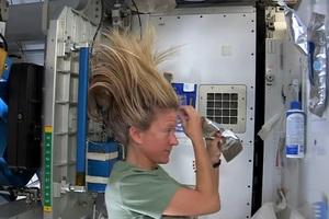 Πώς να λούζεις τα μαλλιά σου στο διάστημα