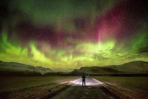 Πανδαισία χρωμάτων στο νυχτερινό ουρανό