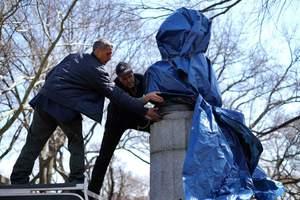 Έβαλαν προτομή του Σνόουντεν σε πάρκο στο Μπρούκλιν