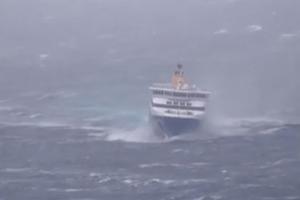 «Μάχη» πλοίου με τα κύματα κοντά στη Μύκονο