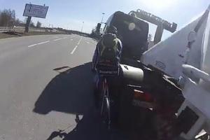 Νταλίκα παρασύρει ποδηλάτη στη Ρωσία