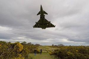 Μαχητικά αεροσκάφη πάνω από τα κεφάλια τους!
