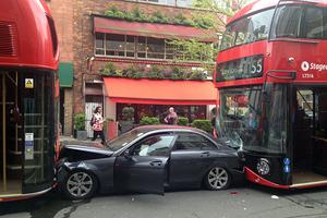 Mercedes σφηνώθηκε ανάμεσα σε δυο λεωφορεία