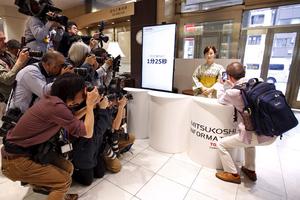 Ένα ρομπότ στη ρεσεψιόν ιαπωνικού εμπορικού κέντρου