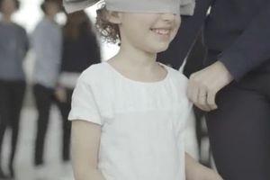 Παιδιά κλείνουν τα μάτια και βρίσκουν τη μαμά τους