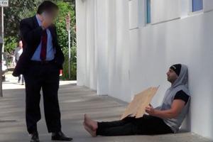 Τι γίνεται όταν άστεγος σας δίνει χρήματα