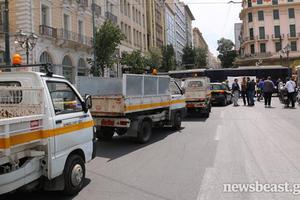 Κλούβες έφραξαν τον δρόμο σε οχήματα των δήμων