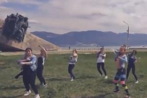 Στη φυλακή τρεις γυναίκες επειδή χόρεψαν «αισθησιακά» μπροστά σε μνημείο