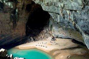 Μια μαγευτική παραλία μέσα σε ένα σπήλαιο