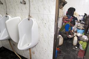 Ζει σε μία δημόσια τουαλέτα στην Ινδία και έχει το πιο απίθανο παράπονο