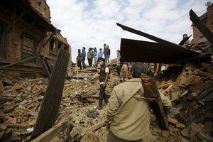 Πλησιάζουν τους 6.000 οι νεκροί στο Νεπάλ