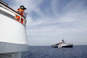 Σάλος στην Ιταλία για πτώμα μετανάστη που βρίσκεται στη θάλασσα εδώ και δυο εβδομάδες και κανείς δεν ασχολήθηκε