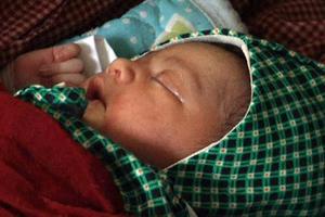 Τα τυχερά μωρά που γεννήθηκαν μέσα στα ερείπια του Νεπάλ
