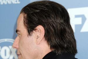 Ζουμ στην περούκα του Τζον Τραβόλτα