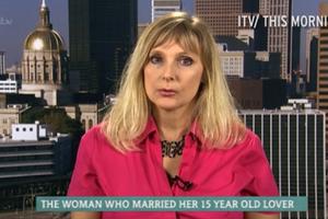 Η γυναίκα που παντρεύτηκε τον 15χρονο φίλο του γιου της