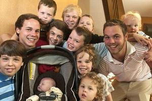 Η υπερπολύτεκνη οικογένεια μόνο με αγόρια