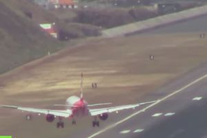 Προσγείωση αεροπλάνου κόβει την ανάσα