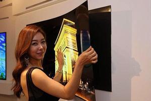 Η τηλεόραση-αφίσα που στηρίζεται στον τοίχο με μαγνήτες