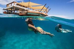 Ένα απίθανο πλωτό διώροφο «νησί-εστιατόριο»