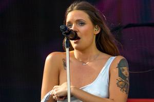 Τραγουδίστρια έδειξε το στήθος της και ξεσήκωσε το πλήθος