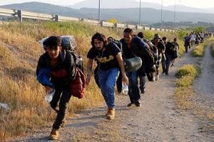 Μετανάστες διασχίζουν τα ελληνικά σύνορα