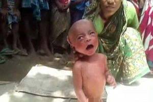 Ινδή «μάγισσα-γιατρός» έβαλε βρέφος δύο ημερών να περπατήσει!